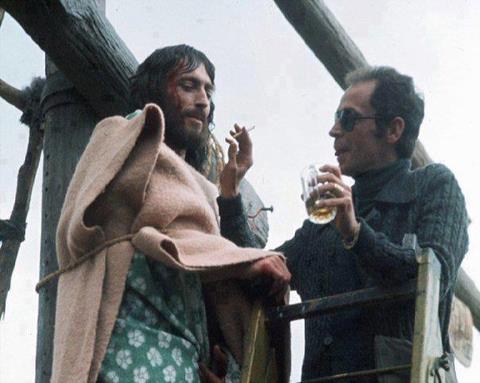 """Foto que nos muestra el detrás de las cámaras de Jesús de Nazaret """"fumando""""... lo que contemplas y honras te transformas. El mandamiento es claro."""